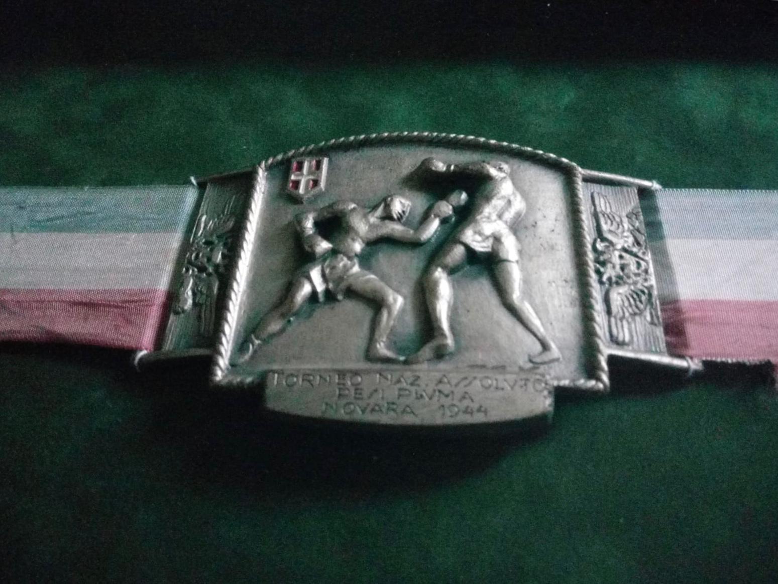 La cintura di campione italiano dei pesi piuma di Enzo Correggioli