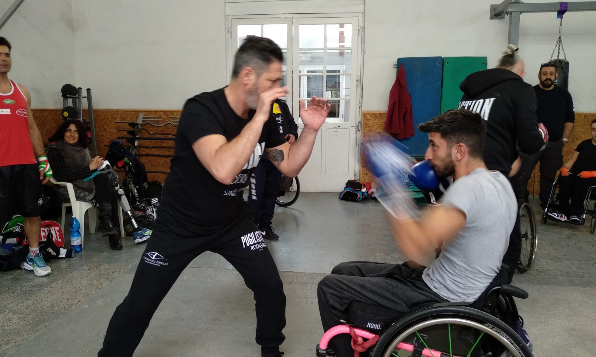 Il maestro Castellacci della Pugilistica Rodigina con un atleta per la promozione della boxe paralimpica